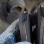 Как обкатывать тормозные колодки и почему они могут скрипеть после замены!